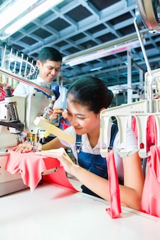 Costurera indonesia en fábrica textil asiática