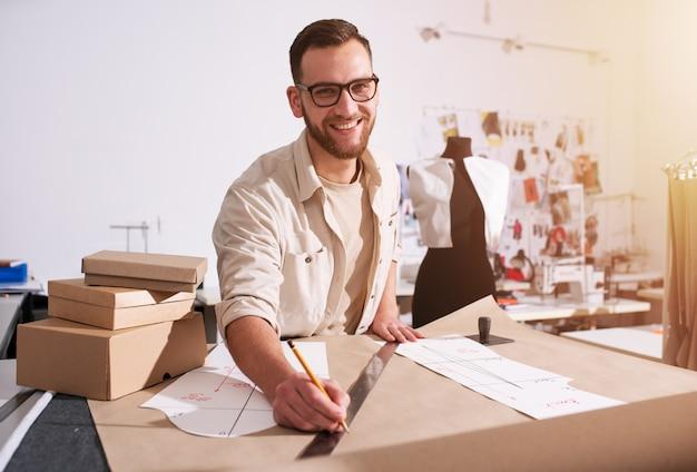 Costurera trabaja con ropa nueva ordenada por cliente de internet
