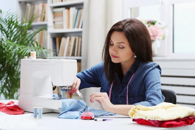 Costurera trabajando en casa