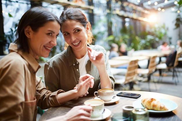 Cotilleando sobre personas en cafe