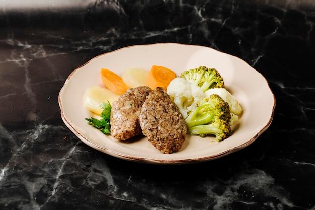 Cotlets de carne rusa con menestra de verduras.