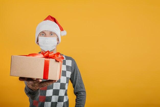 Courier entrega un regalo en nochebuena con una máscara del coronavirus