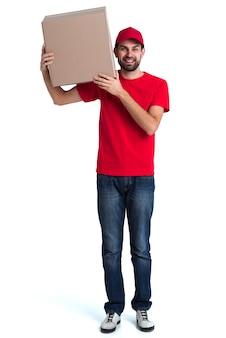 Courier hombre sosteniendo en su hombro una gran caja de entrega vista larga