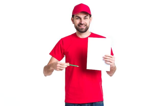 Courier hombre en uniforme rojo mostrando formas de entrega