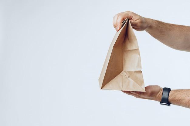 Courier manos dando entrega de comida empacada de cerca