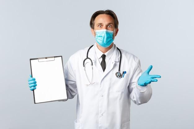 Covid-19, prevención de virus, trabajadores sanitarios y concepto de vacunación. doctor de sexo masculino sorprendido y preocupado en máscara médica y guantes, mostrando los resultados de la prueba en el portapapeles