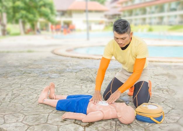 Cpr y aed entrenamiento víctima niño ahogado