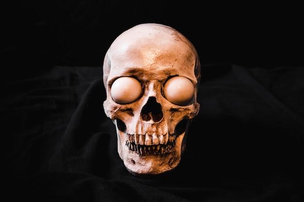 Cráneo espeluznante con globos oculares blancos