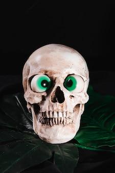 Cráneo espeluznante con globos oculares de juguete
