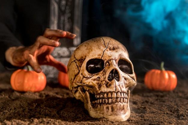 Cráneo y mano espeluznante de primer plano