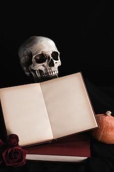 Cráneo con maqueta de libro sobre fondo negro