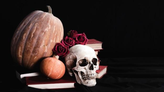Cráneo con rosas y calabazas