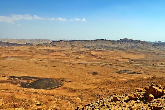 El cráter ramon en el desierto de negev de israel es el cráter de erosión o makhtesh más grande del mundo. septiembre de 2018
