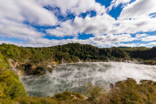 Cráter volcánico con lago humeante