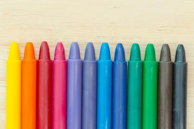 Crayon sobre fondo de madera con espacio de copia