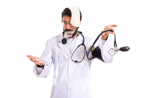 Crazy médico sobre fondo blanco