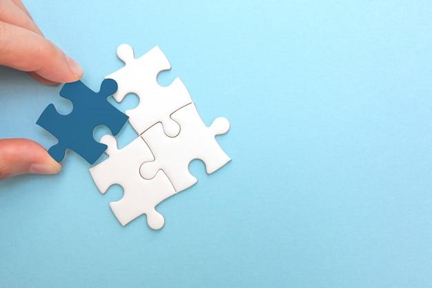Creación y desarrollo del concepto de negocio. pieza de puzzle desajuste, idea y éxito.