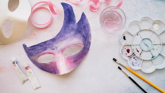 Creación de máscara de papel con pinturas.