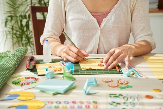 Creación de tarjetas de felicitación hechas a mano.