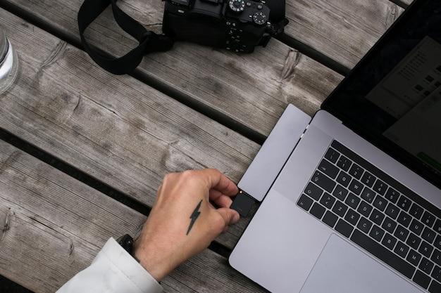 Creador de contenido autónomo usa adaptador de tarjeta de memoria