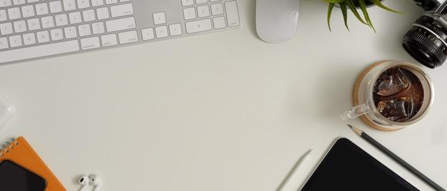 Creador de escenas con dispositivos digitales, suministros, papelería, cámara y espacio de copia.