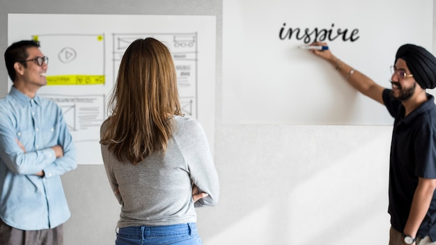 Creadores de contenido en una reunión compartiendo ideas creativas