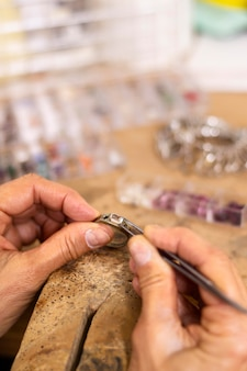 Creando un concepto de joyero trabajador de anillo