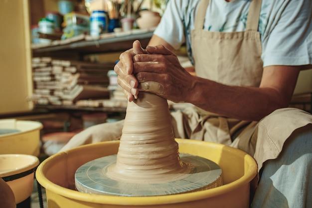 Crear un frasco o un jarrón de arcilla blanca en primer plano.