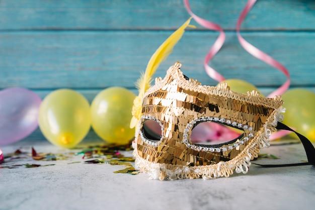Creativa composición de máscara de fiesta con globos.