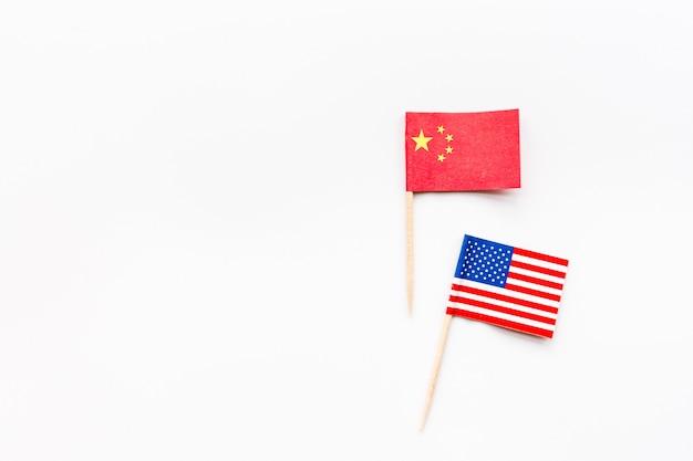 Creativa vista superior plana de la bandera de china y estados unidos.