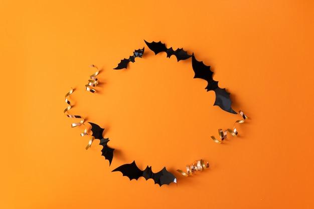 Creativa vista superior plana pone otoño composición de halloween de papel negro murciélagos marco
