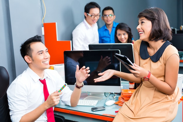 Creative business asia - reunión de equipo en la oficina