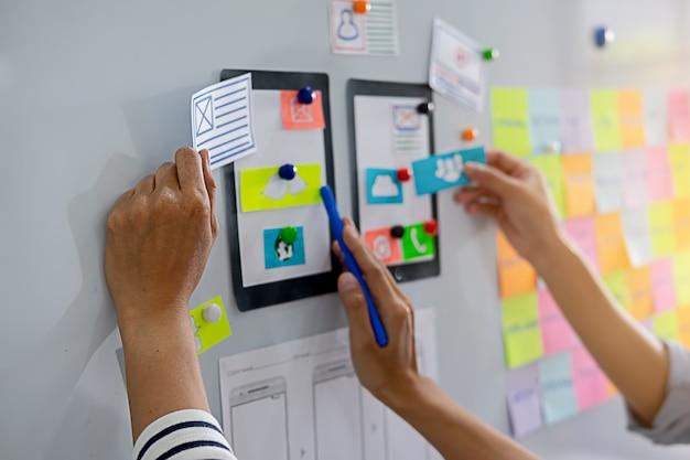 Creative web designer planeando la aplicación y desarrollando el diseño de la plantilla,