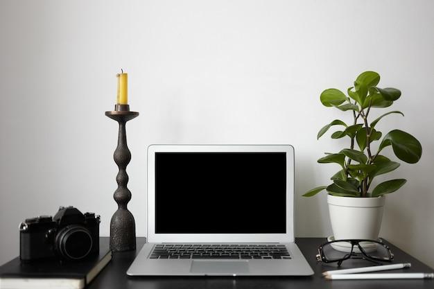 Creatividad, diseño, interior, espacio de trabajo y concepto de tecnología moderna.