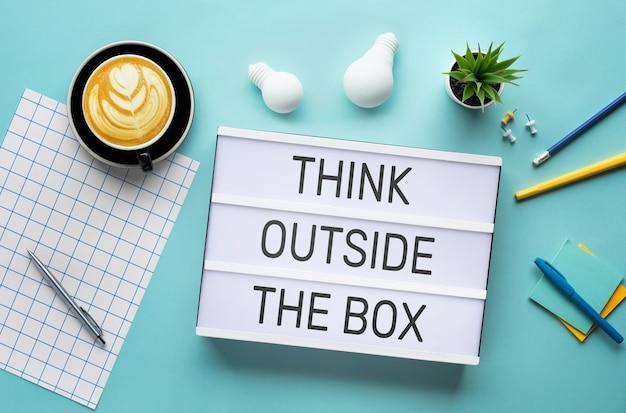 Creatividad empresarial con pensar fuera del cuadro de texto