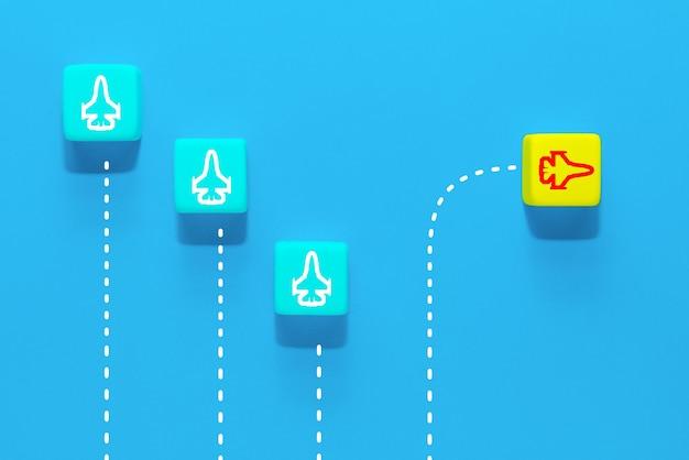 Creatividad de nuevas ideas y solución innovadora diferente. un grupo de cubos de madera con iconos de aviones, un avión volando en la otra dirección.