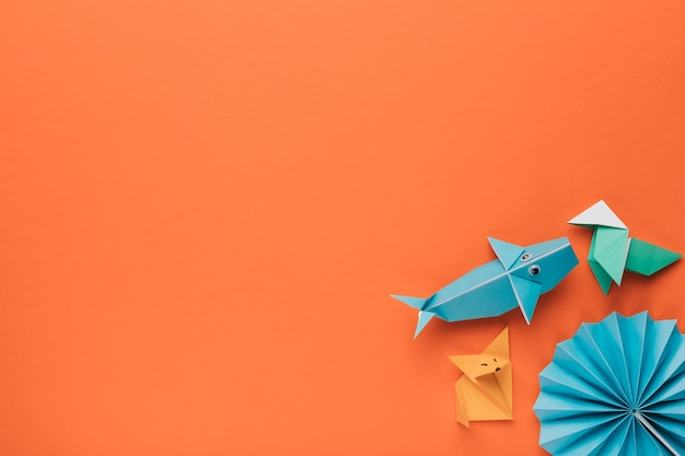 Creativo arte decorativo de origami en la esquina de fondo naranja