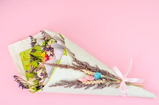 Creativo bouquet navideño de flores frescas y secas