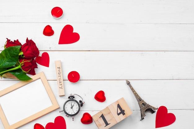 Creativo día de san valentín composición romántica plana vista superior amor vacaciones celebración corazón rojo calendario