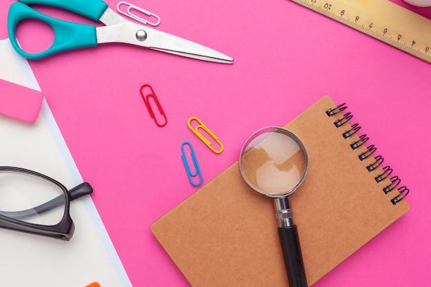 Creativo escritorio de oficina en casa minimalista. bosquejo