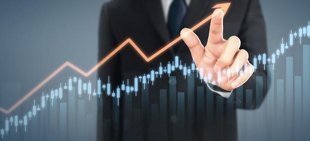 Crecimiento del gráfico del plan del hombre de negocios y aumento de los indicadores positivos del gráfico