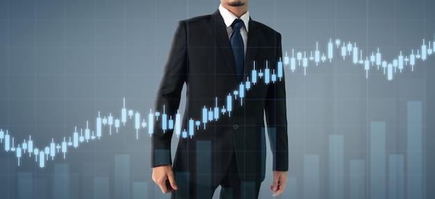 Crecimiento del gráfico del plan del hombre de negocios y aumento de los indicadores positivos de la tabla