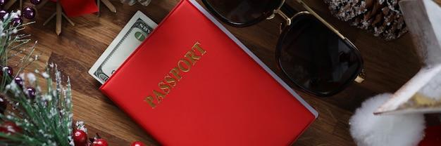 Crédito de plástico blanco con pasaporte rojo contra
