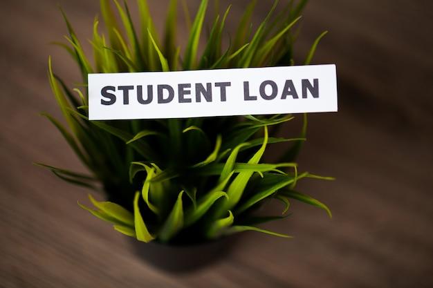 Crédito . préstamo estudiantil escrito en tarjeta blanca