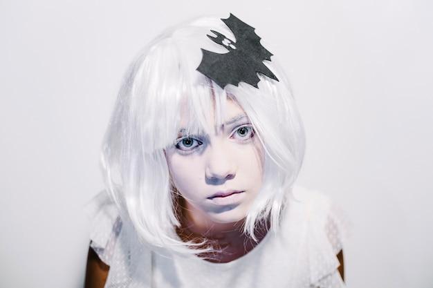 Creepy chica en la peluca blanca