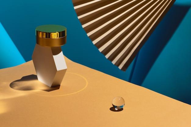 Crema antiedad dorada en el podio