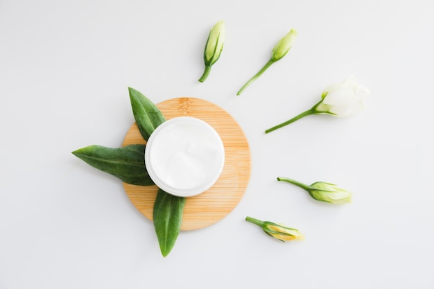 Crema de belleza con elementos naturales