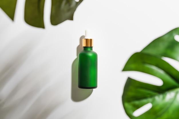 Crema de botella de suero, marca de productos de belleza en plano.