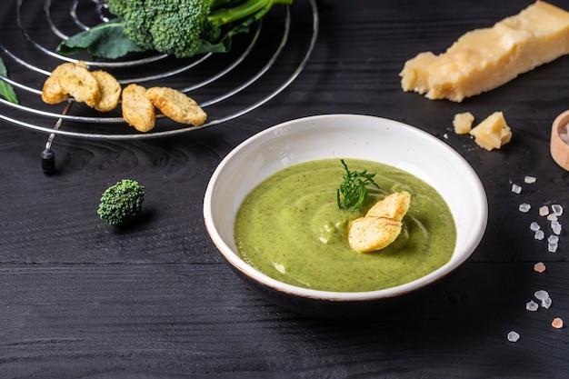 Crema de brócoli con parmesano. plato vegetariano. bandera