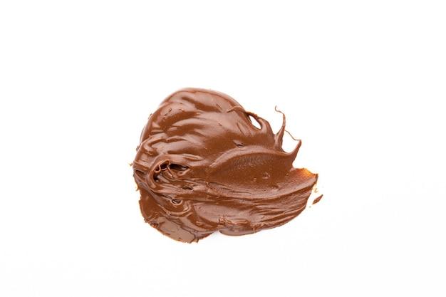 Crema de chocolate aislado sobre fondo blanco.